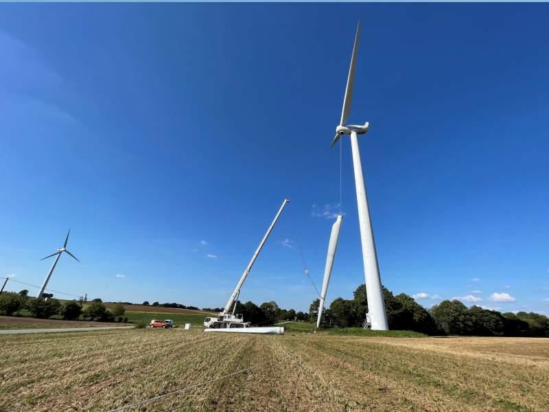 wind turbine blade installation